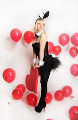 девушка блондинка в костюме зайчика плейбой