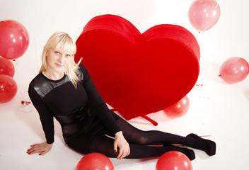 девушка блондинка  с сердечками на день святого валентина