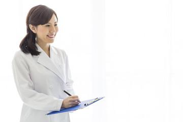 コピースペース 綺麗な白衣の女性