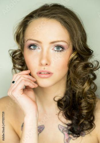 canvas print picture Portrait einer Frau mit brünetten Haaren