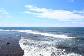 Волны на берегу индийского океана