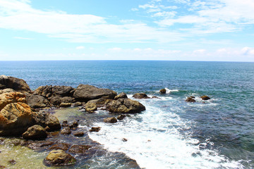 Скалы на берегу индийского океана, Шри-Ланка