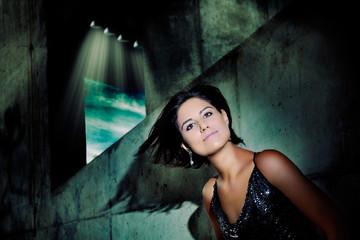 Retrato de mujer hermosa y joven con fondo de luces de ciudad