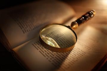 lente d'ingrandimento con libro antico