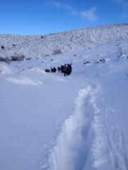 karlı dağlarda ekip yürüyüşü