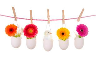 Ostereier an Wäscheleine mit Küken und Blumen