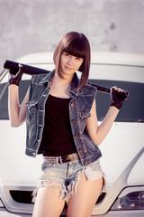 девушка брюнетка в джинсовых шортах с битой