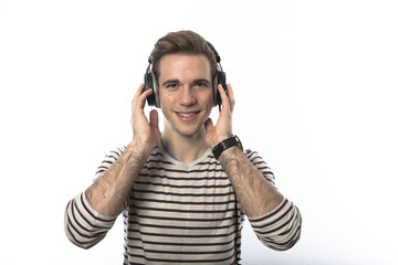 Junger Mann mit Kopfhoerer