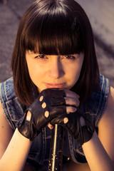 девушка брюнетка  в  джинсовых шортах с битой на улицах города