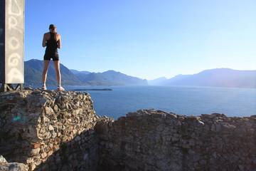 Atleta sulla rocca di Manerba