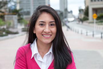 Portrait einer Frau aus Südamerika mit roter Weste