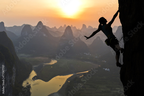sylwetka-kobieta-wspinacz-przed-zachodem-slonca-nad-rzeka