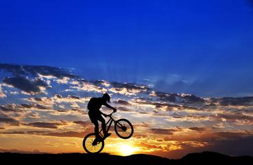 ciclista por la ladera de la montaña