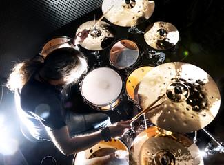 Hombre tocando la batería.Fondo de música Rock