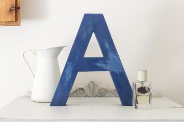 letra A azul de madera