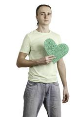 молодой мужчина хочет подарить даме свое сердце