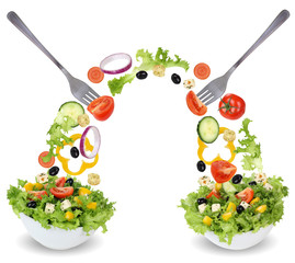Salat in Schüssel essen mit Tomate, Gurke, Zwiebel und Paprika