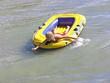 Mädchen im Schlauchboot