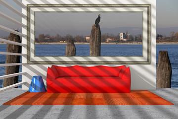 Divano appoggiato al muro con ornice finestra su laguna