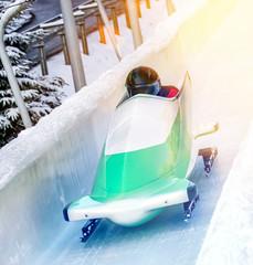 Wintersport - Bobschlitten in der Eisbahn