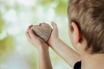 Kleiner Junge mit Herz