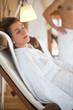 Frau entspannt im Wellness Spa Ruheraum