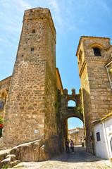 Puerta de Santiago y alcázar de los Chaves, Trujillo, España