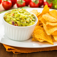 Tortilla-Chips mit Guacamole - tortilla chips with guacomole