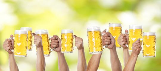viele Hände mit Krug Bier gehen nach oben