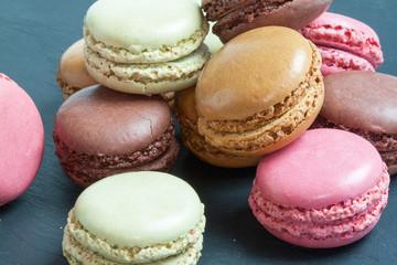 Macarons de différentes couleurs présentés sur ardoise