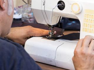 Hombre manejando una máquina de coser