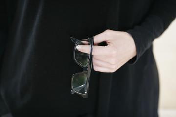Person hält Brille