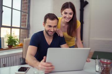 modernes paar schaut auf laptop