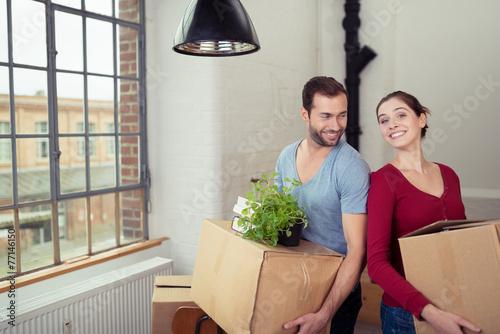 modernes paar zieht in eine neue wohnung - 77146150