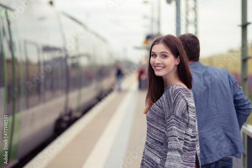 glückliches junge paar am bahnhof