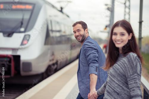glückliches paar geht zum zug