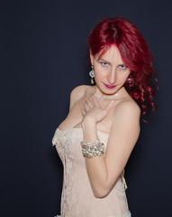 Donna con i boccoli rossi