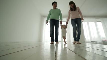 parents teach their child to walk