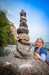 Mädchen mit Steinturm am Kap Arkona auf Rügen