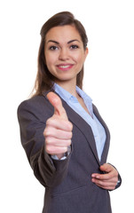 Junge Frau im grauen Blazer ist optimistisch