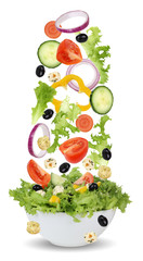 Fallende Salat Zutaten in Schüssel mit Tomate, Gurke, Zwiebel u