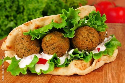 Fotobehang Voorgerecht Falafel with vegetables and tzatziki sauce in pita bread