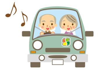 ドライブを楽しむ老夫婦