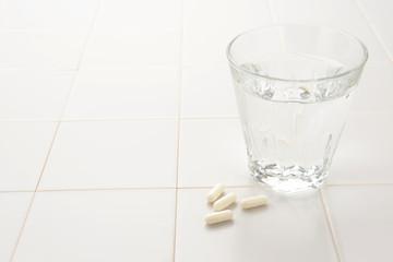 風邪対策イメージ―薬と水