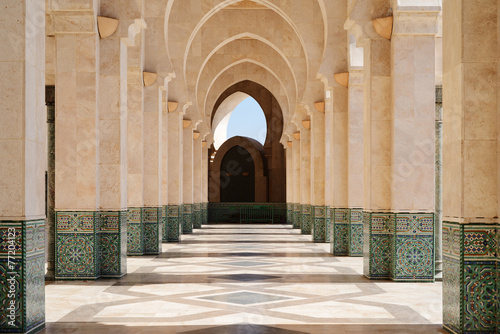 Canvas Bedehuis Morocco. Arcade of Hassan II Mosque in Casablanca