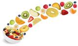 Fliegender Obstsalat mit Früchte wie Orange, Apfel, Banane und