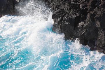 mer houleuse, déferlante bleue, île de la Réunion