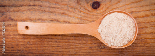 garlic powder spices on spoons,on wooden background