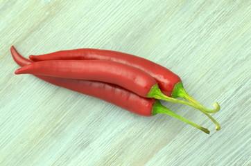 czerwone papryczki chili na stole