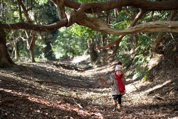 森で遊ぶ少女